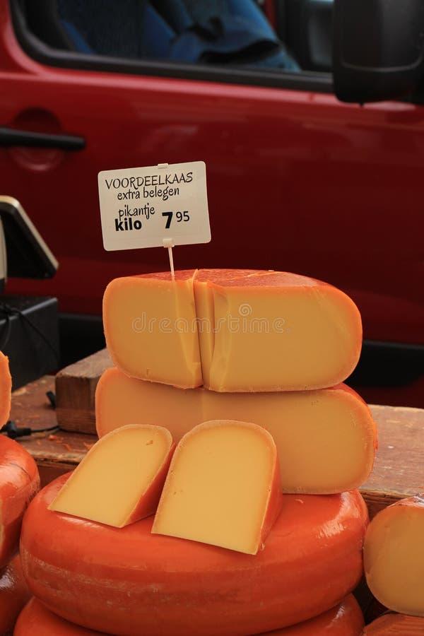 Fromage de Hollande sur l'affichage photos stock