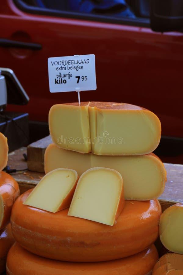 Fromage de Hollande sur l'affichage image stock