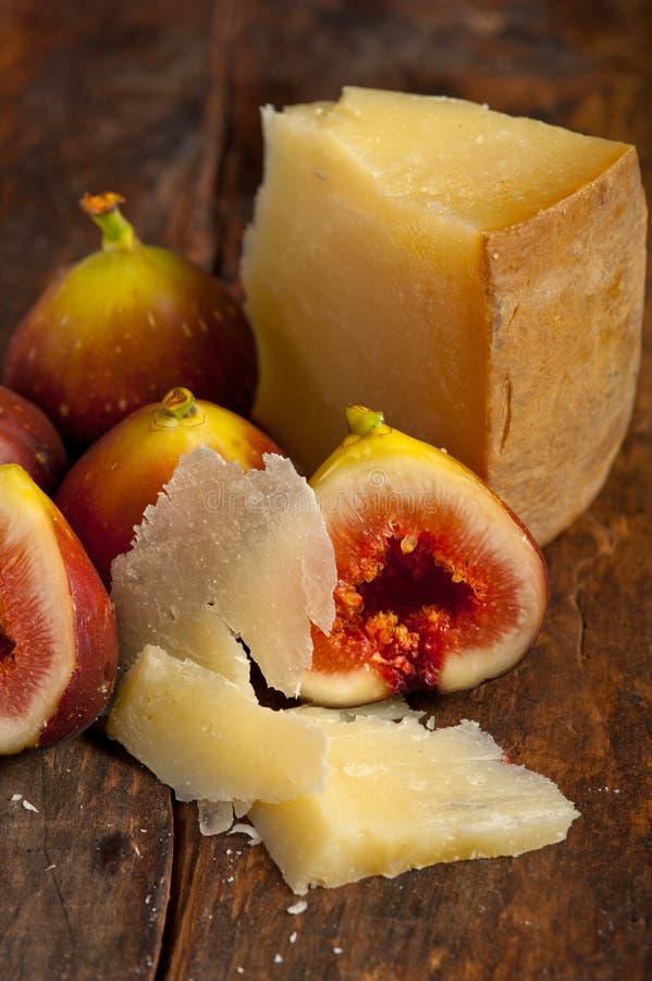 Fromage de Pecorino et figues fraîches images stock