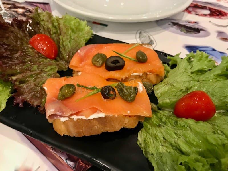 Fromage de saumon et fondu fumé sur le pain croustillant comme aliment de démarreur photographie stock libre de droits