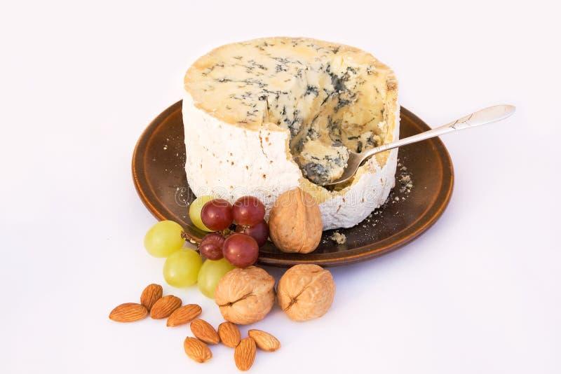 Fromage de Stilton avec des raisins et des noix images libres de droits