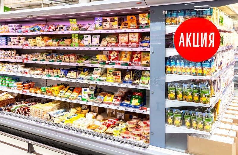 Fromage emballé à vendre dans l'hypermarché Texte dans le Russe : Vente d'action photos libres de droits
