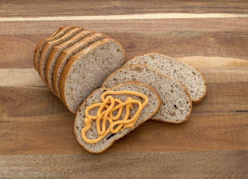 Fromage en boîte sur le pain de blé images stock