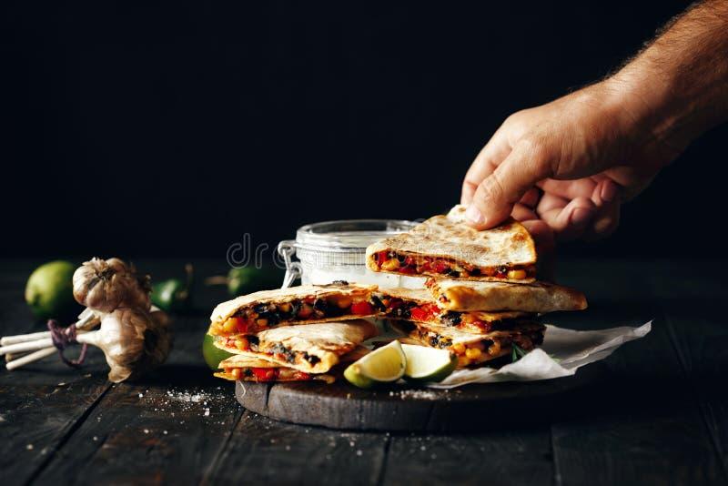 Fromage en bois foncé de légumes de quesadilla de fond d'apéritif végétarien images stock