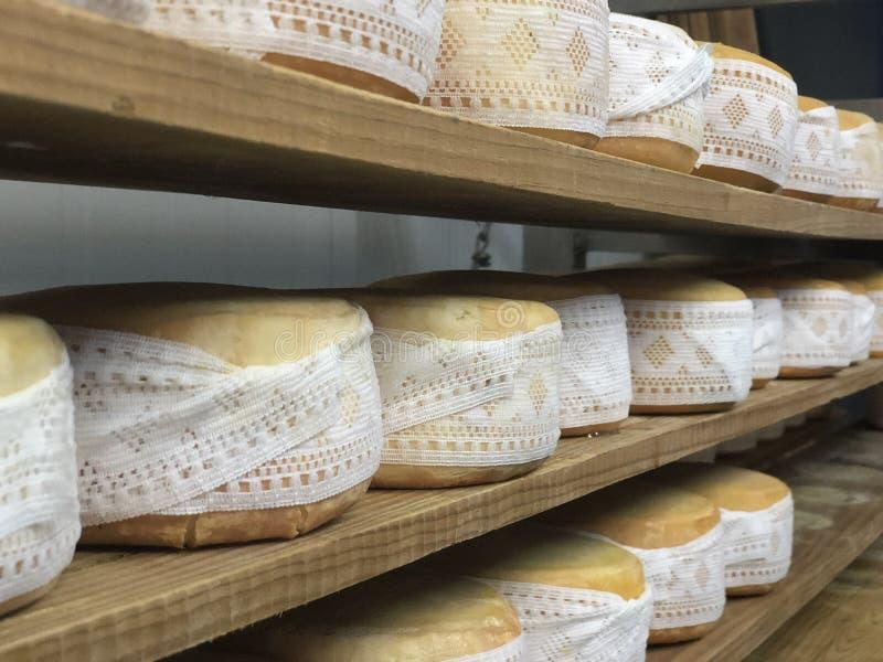 Fromage espagnol sur les conseils en bois images stock