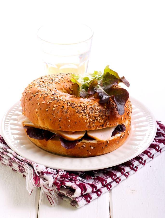 Fromage et bagel fumé de blanc de poulet image libre de droits