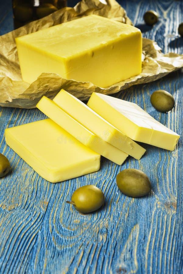 Fromage et olives se trouvant sur la table images stock