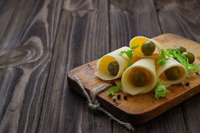Fromage et olives vertes coupés en tranches photographie stock