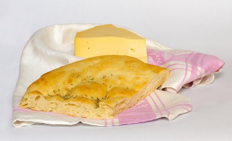Fromage et pain de foccacia sur une serviette de cuisine photo stock