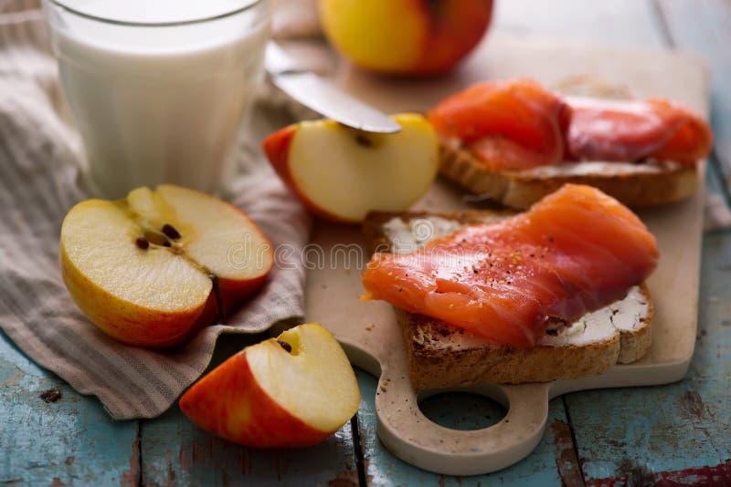 Fromage et sandwichs saumonés avec des pommes Déjeuner sain photo stock