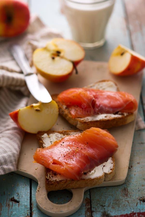 Fromage et sandwichs saumonés avec des pommes Déjeuner sain photo libre de droits