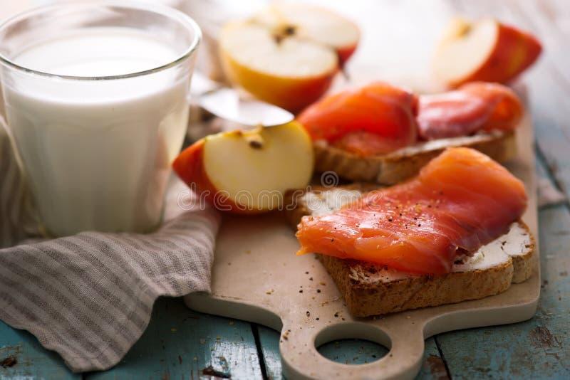 Fromage et sandwichs saumonés avec des pommes Déjeuner sain image libre de droits