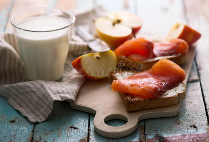 Fromage et sandwichs saumonés avec des pommes Déjeuner sain images libres de droits