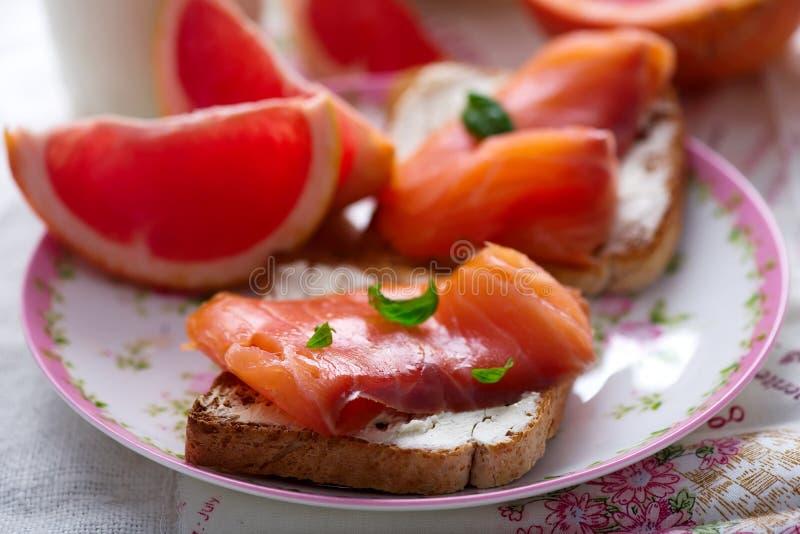 Fromage et sandwichs saumonés Déjeuner sain images libres de droits