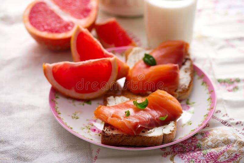 Fromage et sandwichs saumonés Déjeuner sain photographie stock libre de droits