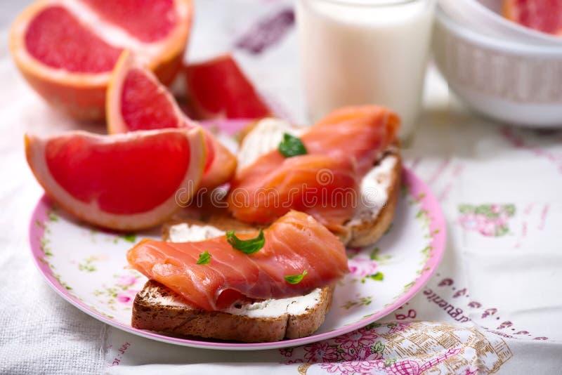 Fromage et sandwichs saumonés Déjeuner sain image stock
