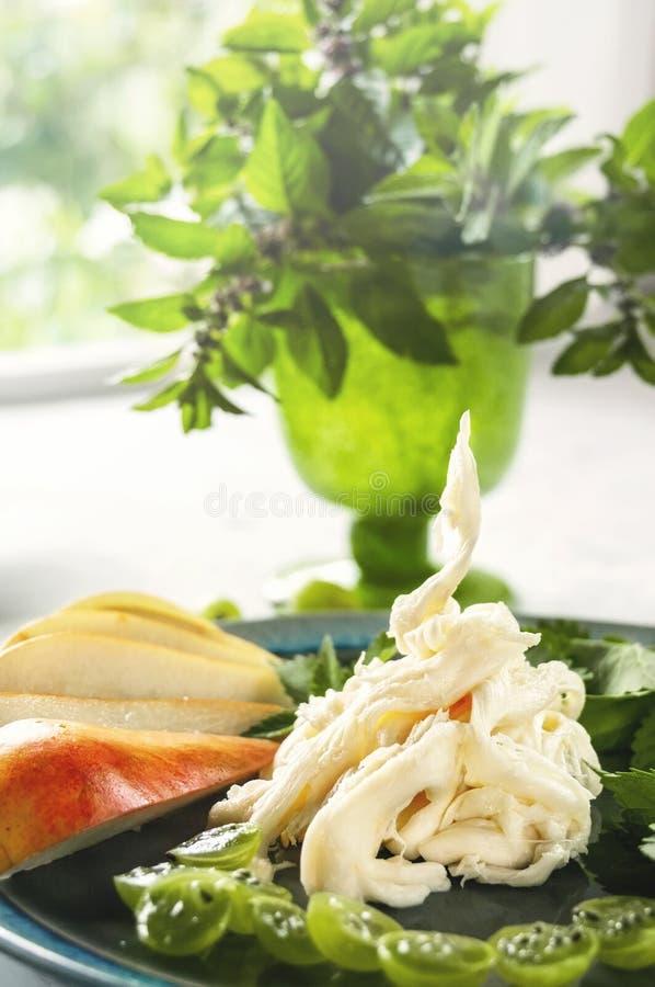 Fromage fibreux blanc sensible Cecil de ferme avec la poire et la groseille à maquereau Le fromage de l'agriculteur russe Produit photographie stock libre de droits