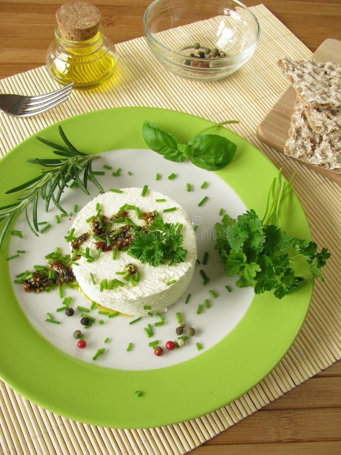 Fromage fondu de chèvre avec la marinade d'herbe images libres de droits