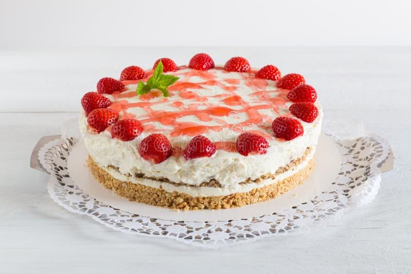 Fromage fondu de fraise de gâteau sur le bois blanc photos libres de droits
