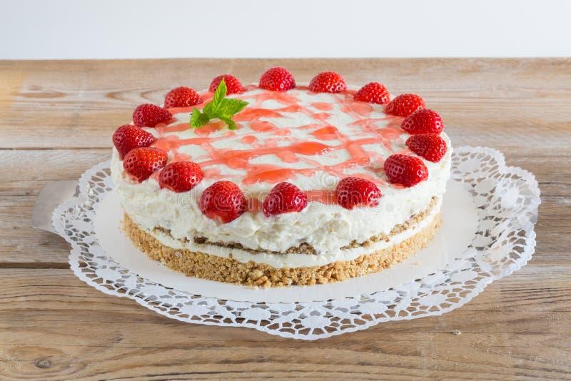 Fromage fondu de fraise de gâteau sur le bois rustique images libres de droits