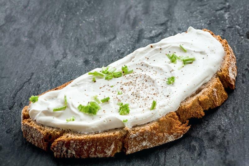Fromage fondu et ciboulette à faible teneur en matière grasse sains sur le pain photo libre de droits