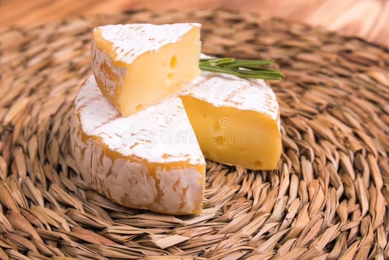 Fromage frais de camembert sur des chiffons d'eco de paille photo stock
