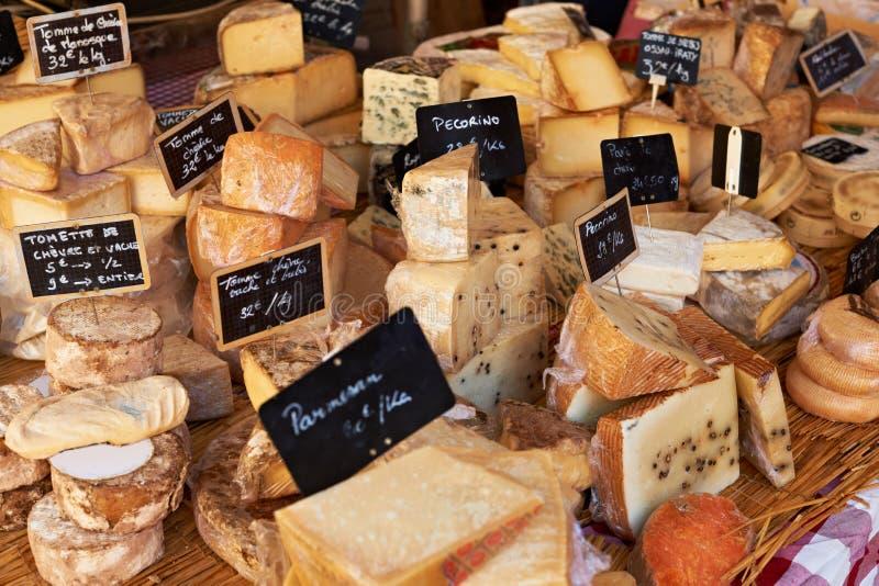 Fromage français au marché de la Provence photo stock