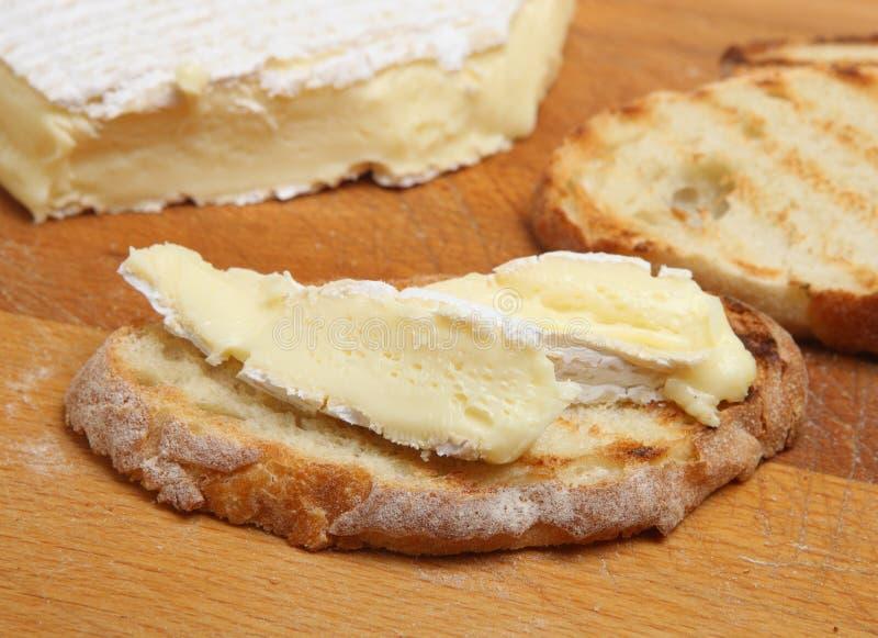 Fromage français de brie sur le pain grillé photographie stock