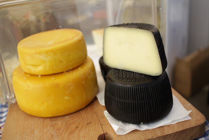Fromage gastronome Fromage de ch?vre et fromage jaunes dans une enveloppe d'encre de s?pia Fromages d'?picerie fine Fromage d?lic photo stock