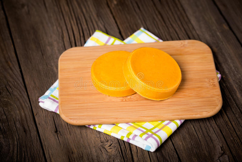 Fromage jaune fait maison diy de Vegan images stock