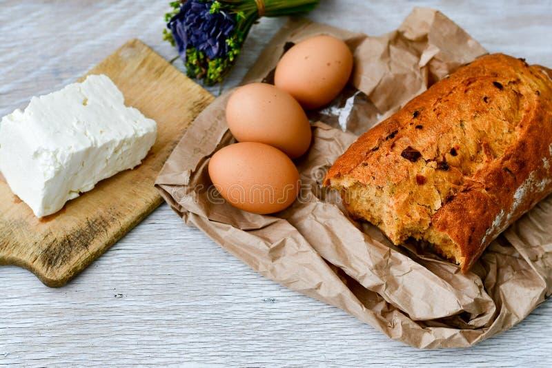 Fromage, lait, pain et oeufs images stock