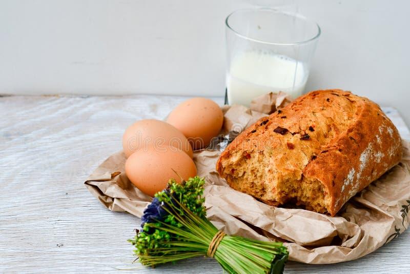 Fromage, lait, pain et oeufs photographie stock