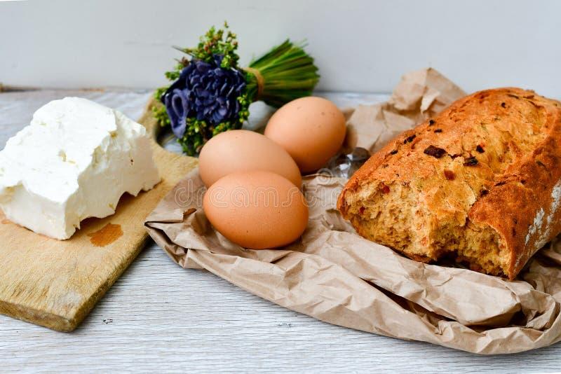 Fromage, lait, pain et oeufs photographie stock libre de droits