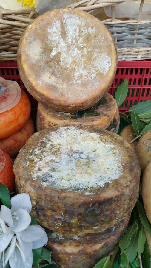 Fromage local sur le marché photographie stock