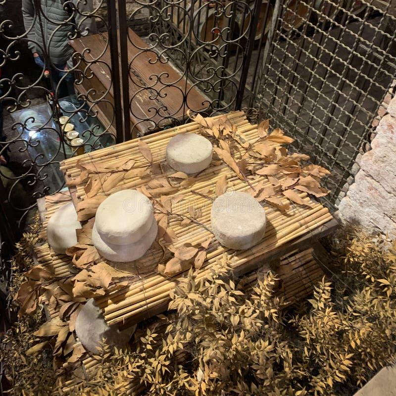 Fromage mûrissant dans une cave en pierre antique photos libres de droits