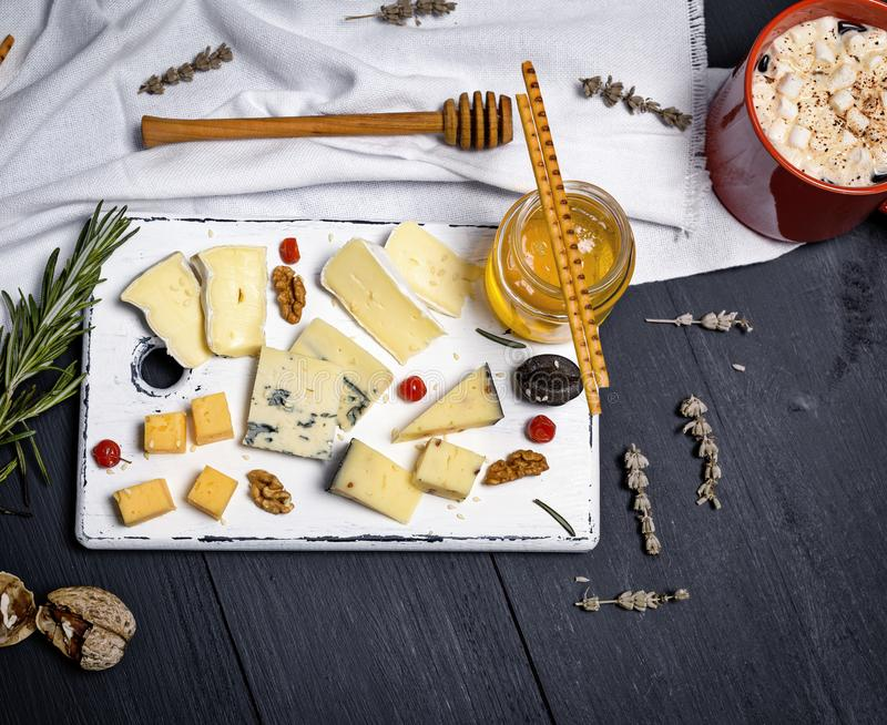 Fromage, roquefort, camembert, cheddar et miel de brie photo stock