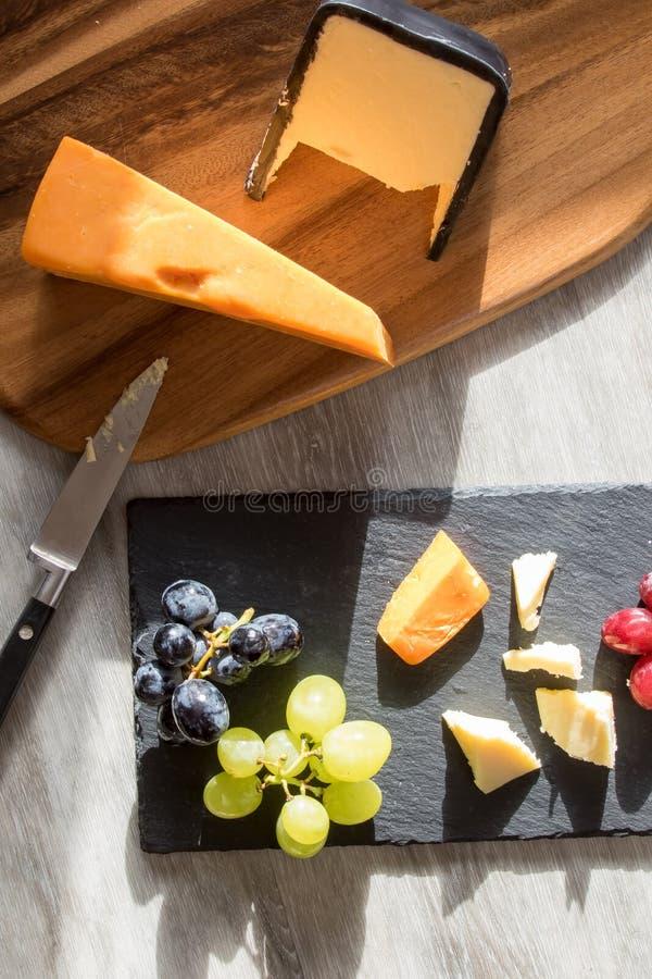 Fromage rouge et blanc plat de nourriture laquée image de raisin photographie stock libre de droits