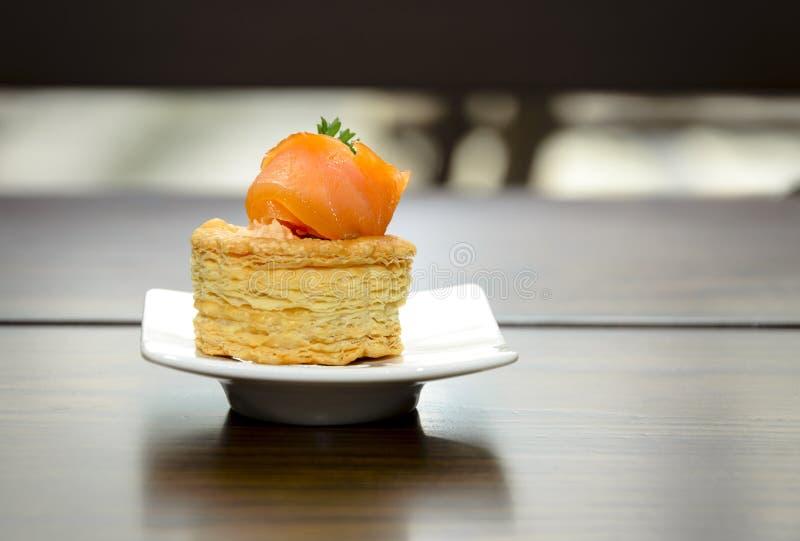 Fromage saumoné et fondu sur des biscuits image libre de droits