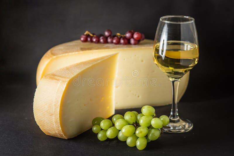 Fromage suisse avec du raisin et le vin blanc photo stock