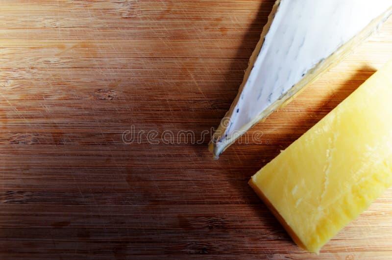 Fromage sur un plateau de fromages photographie stock libre de droits