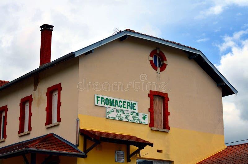 Fromagerie i en fransk by royaltyfria foton