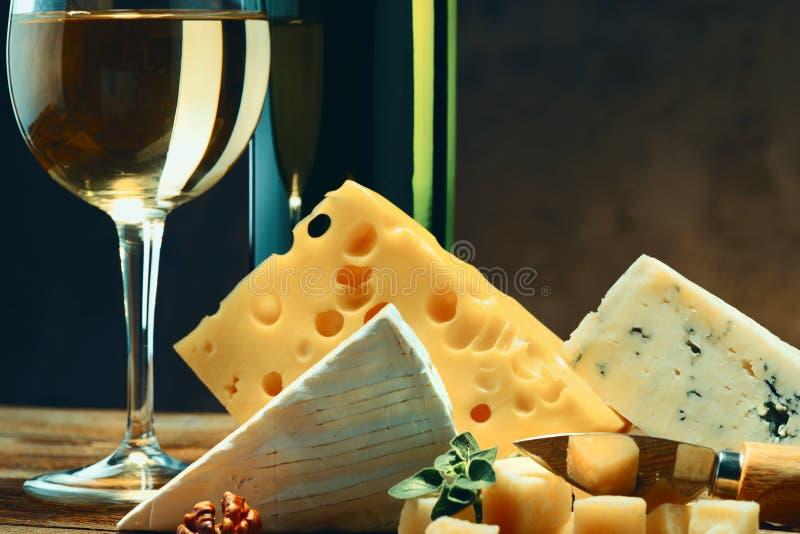 Fromages avec un verre et une bouteille de vin Plan rapproché images libres de droits