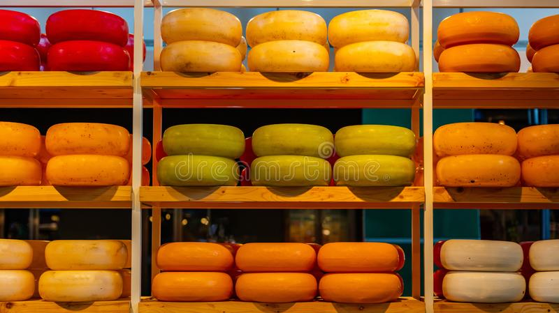 Fromages de Hollande, édam, le Gouda, roues rondes entières sur l'étagère en bois, magasin de fromage à Rotterdam, Pays-Bas photo stock