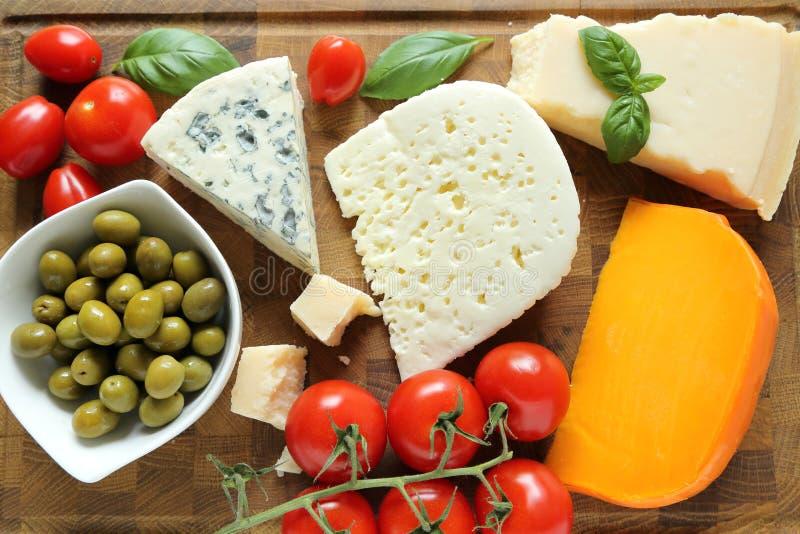 Fromages et olives photo libre de droits