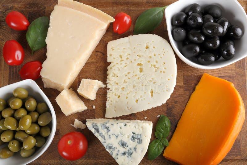 Fromages et olives photographie stock libre de droits