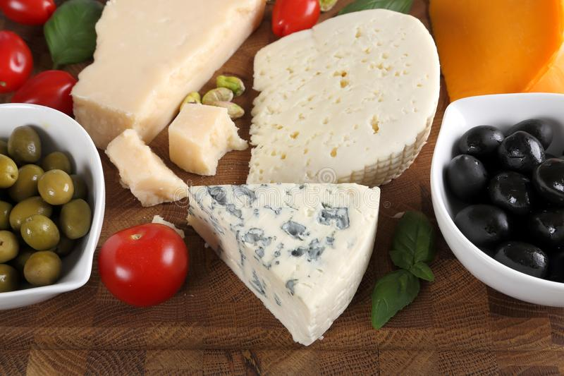 Fromages et olives photo stock