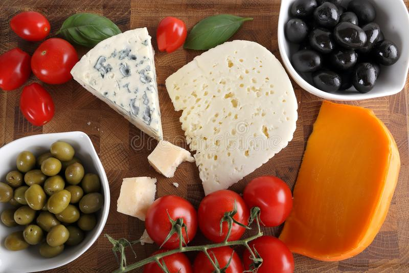 Fromages et olives image stock
