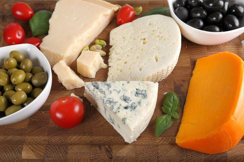 Fromages et olives photos stock