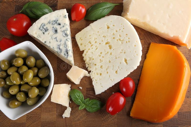 Fromages et olives photographie stock