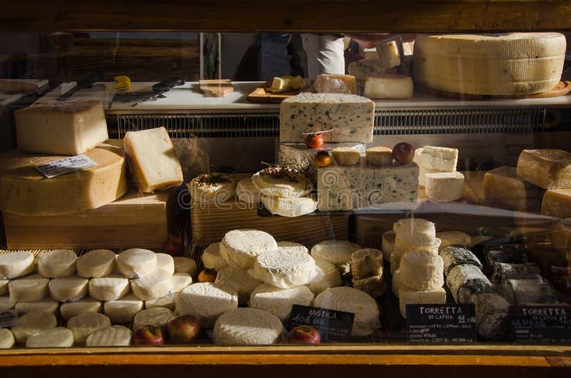 Fromages italiens étant vendus au marché de Campo di Fiori à Rome photo libre de droits